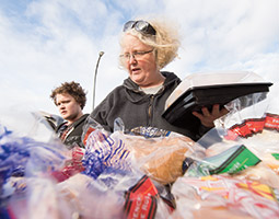 Liz Siler '76 with son Brian sort bakery items destined for a Pullman food bank. Photo Robert Hubner